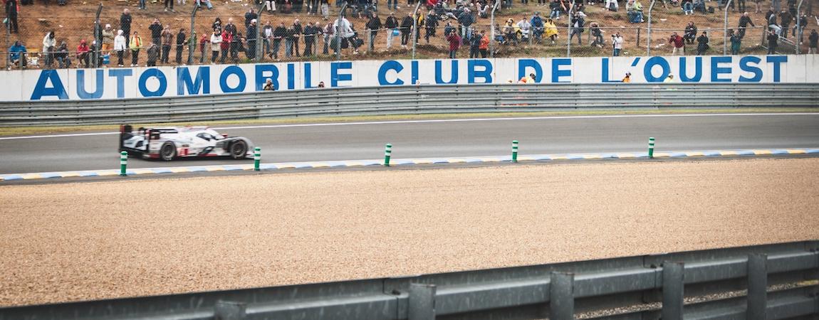 Ein LMP1-Fahrzeug auf der Strecke in Le Mans