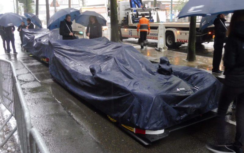 Abgedeckte Le Mans Prototypen vor der technischen Abnahme