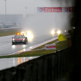Wetterbedingt erfolgte der Start bei den 6 Stunden von Shanghai hinter dem Safety Car.