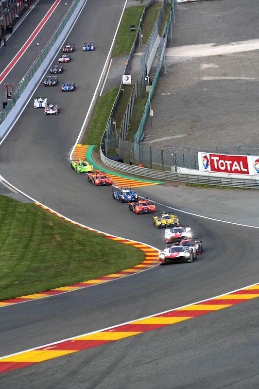 Das Feld mit Toyota an der Spitze kurz nach dem Start