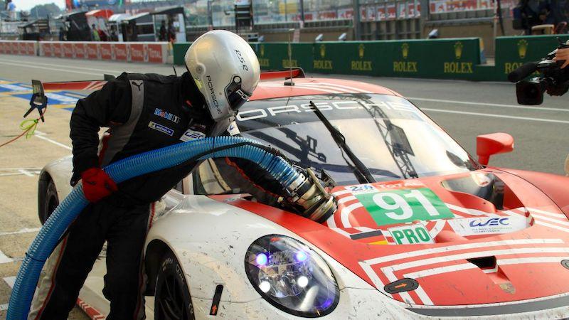 Ein Porsche 911 RSR beim Tankvorgang im WEC-Rennen.