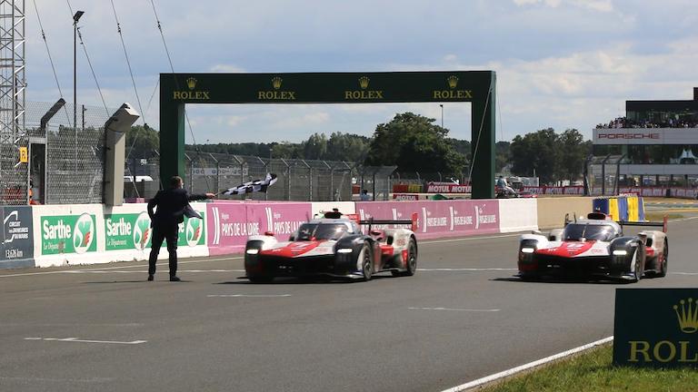 Toyota bei der Zielüberfahrt in Le Mans 2021